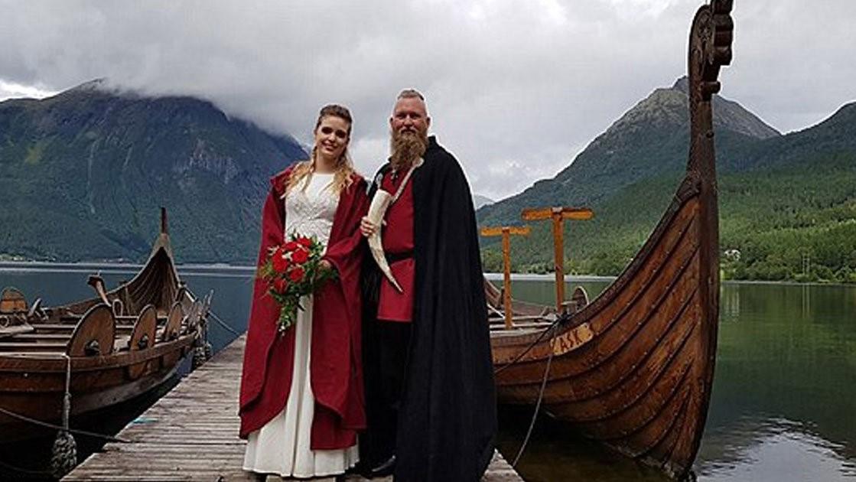 Martohen pas 1 mijë vjetësh me ceremoni tradicionale vikingësh – VIDEO