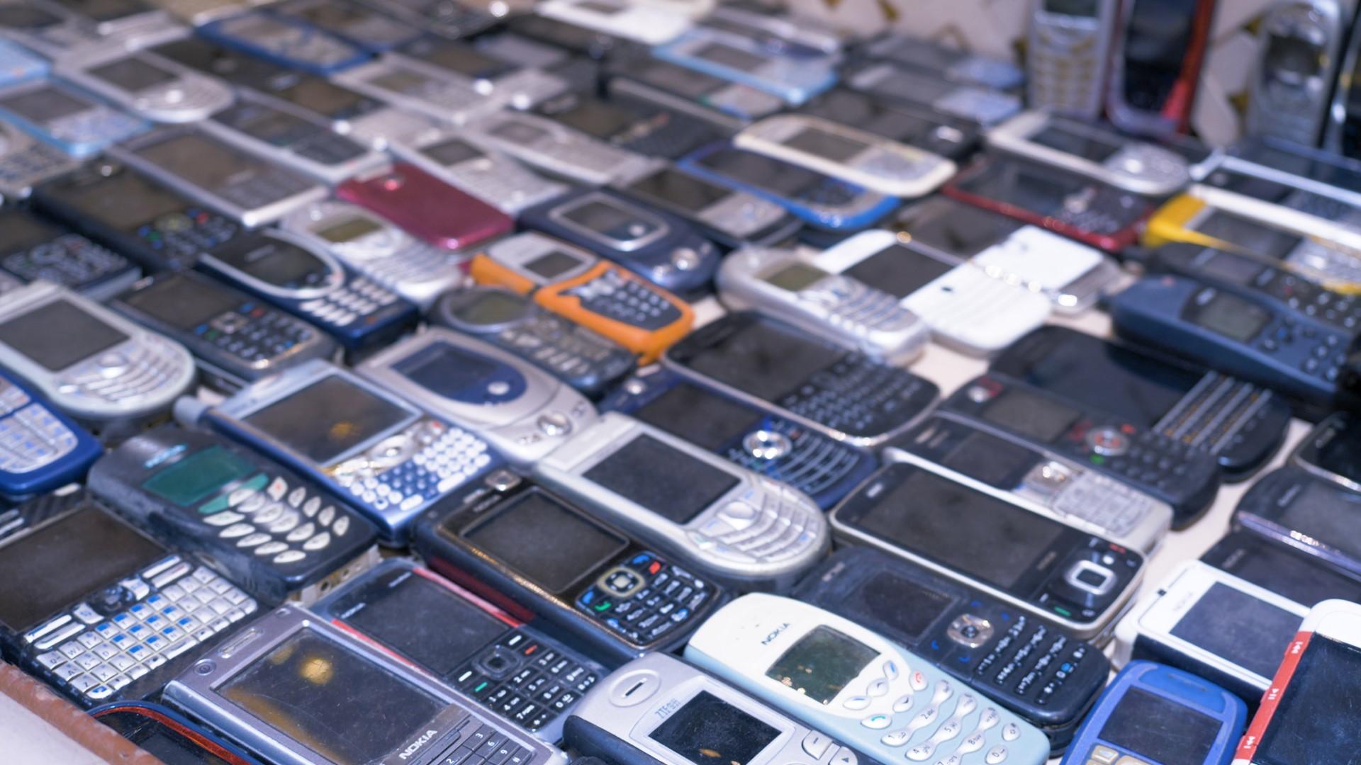 Ky djalë i ka 2371 telefona celularë – VIDEO